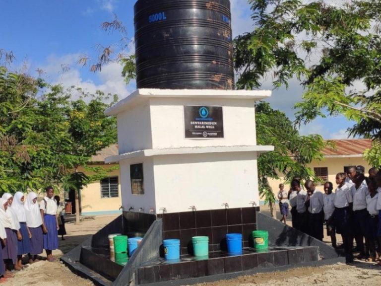 Ganz bestaunend stehen die Schüler vor ihrem Brunnen, den wir mit eurer Hilfe bauen konnten.