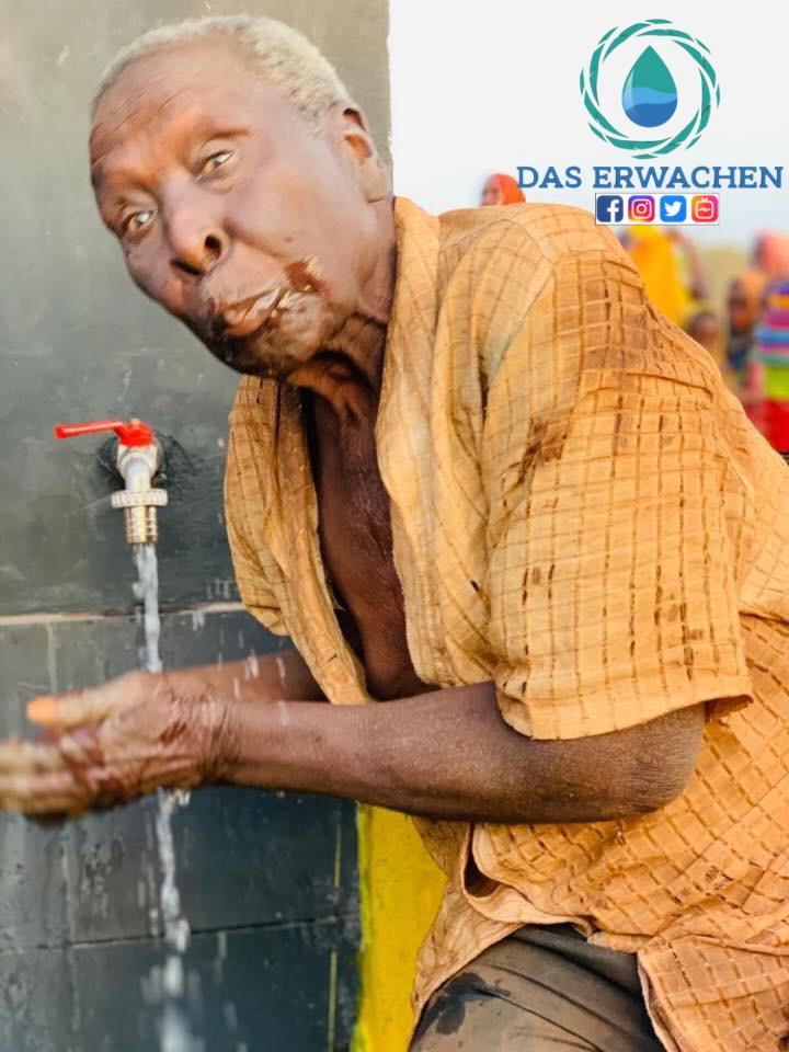 Er trinkt zum ersten Mal in seinem Leben sauberes Wasser, für uns nicht vorstellbar!