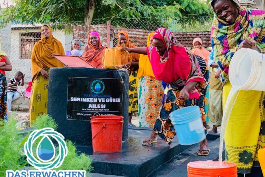 Von Hand mit einem breiten Lächeln im Gesicht wird das Wasser geschröpft und versorgt bis zu 1.000 Personen