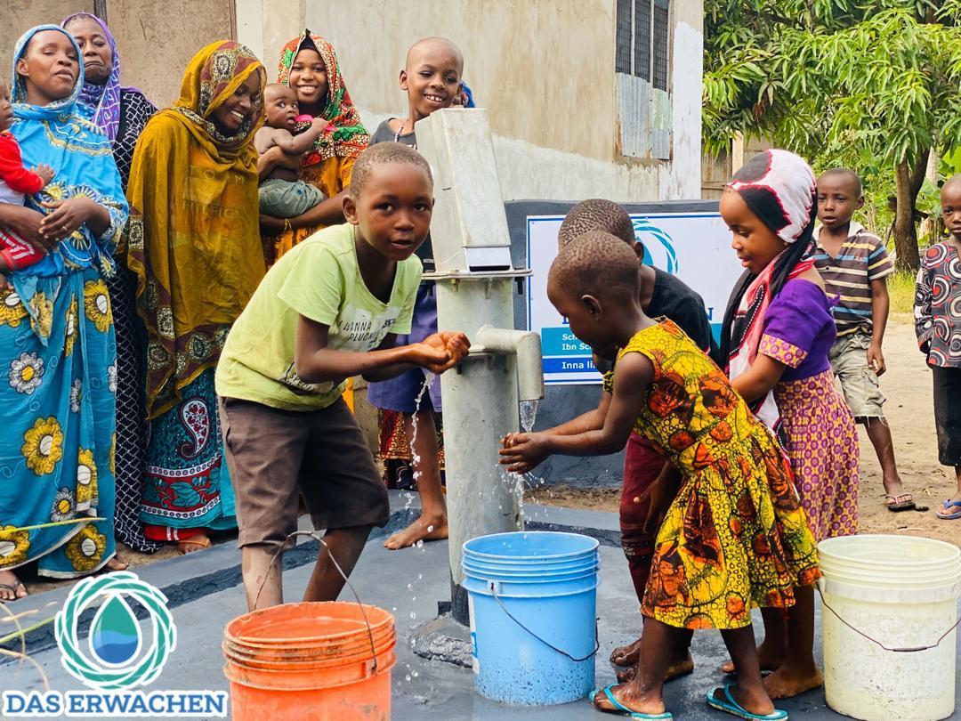 Fassungslos erstaunt und aufgeregt, versammeln sich auch die Kleinkinder um den Brunnen und begutachten das gute Stück.