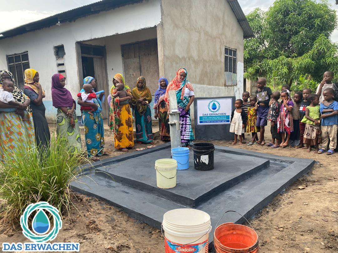 Gespannt warten die Dorfbewohner auf die erste Ladung Wasser durch den T2.